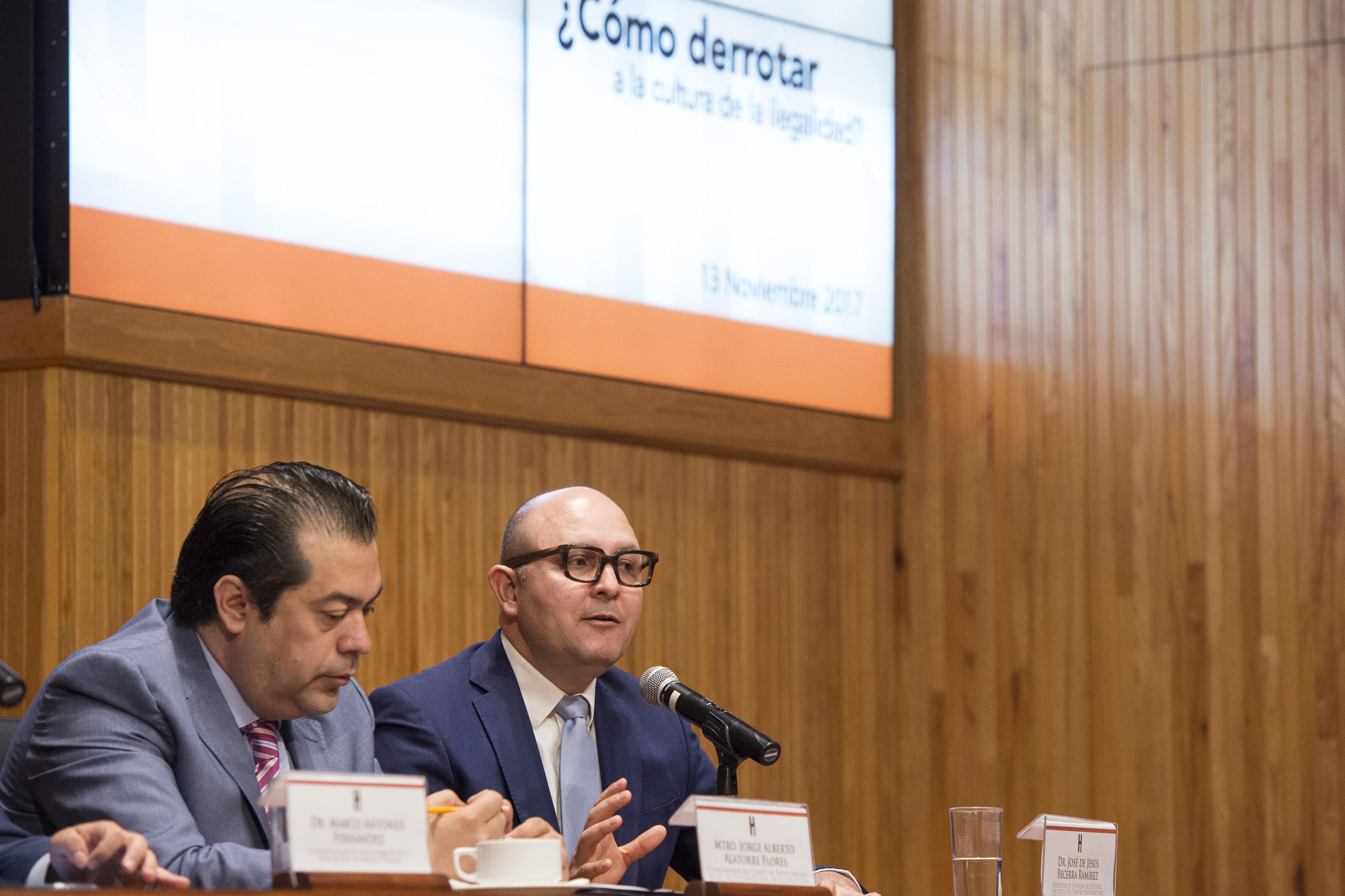 Mtro. Jorge Alberto Alatorre Flores, haciendo uso de la palabra en la mesa de dialogo
