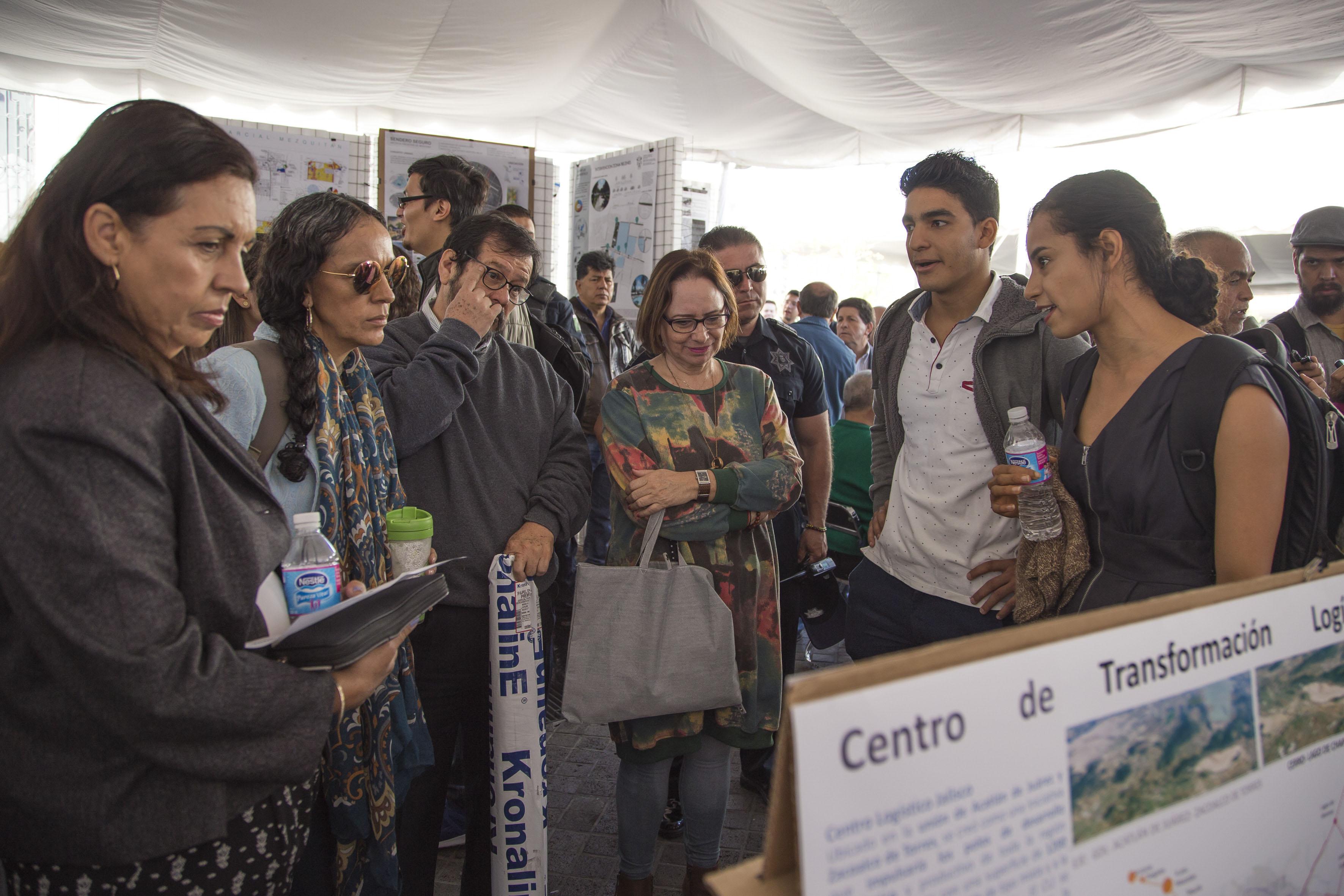 Publico asistente observando la expo