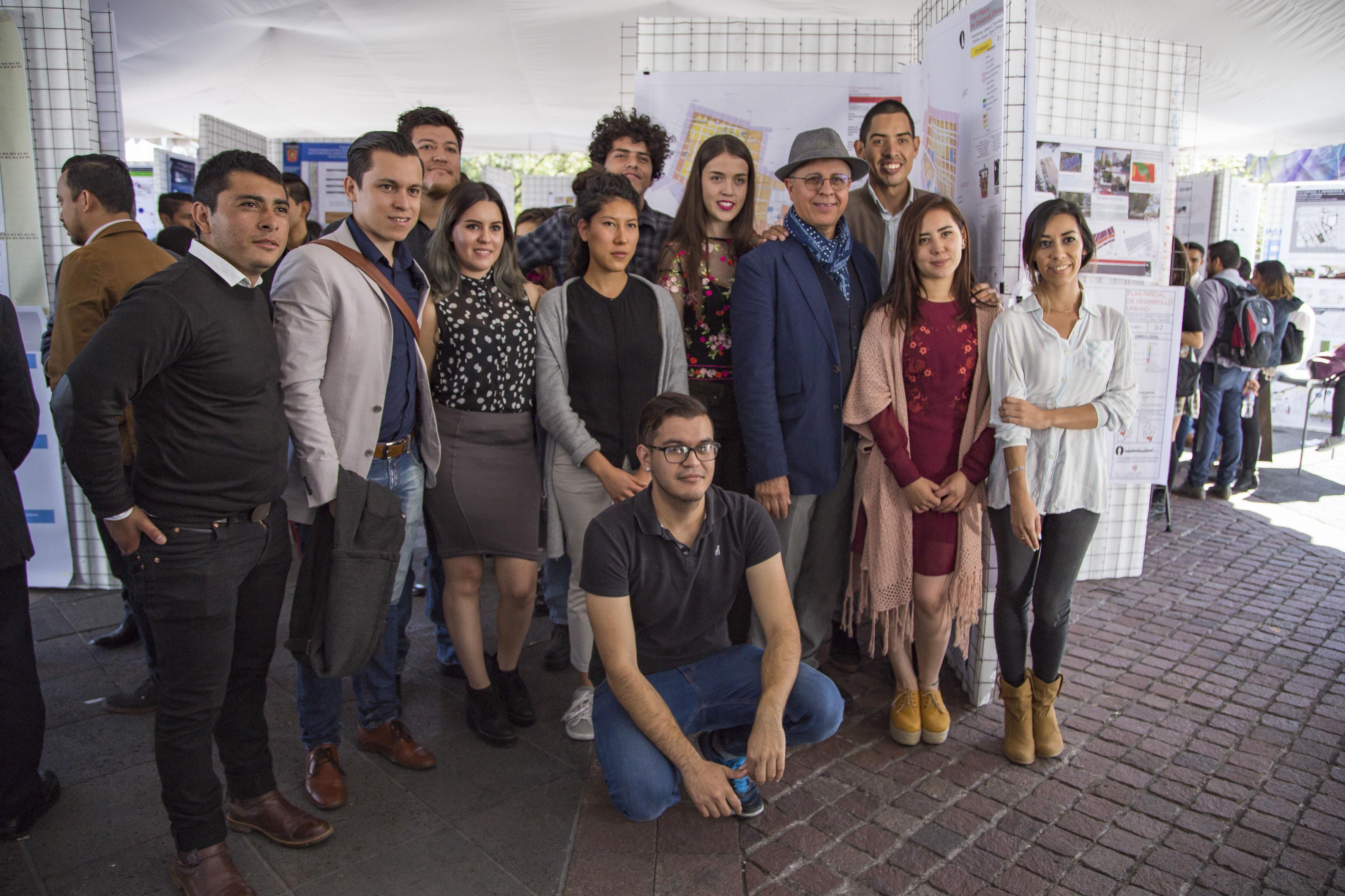 Estudiantes y profesor del Centro Universitario de Arte, Arquitectura y Diseño (CUAAD), participando en la exposición