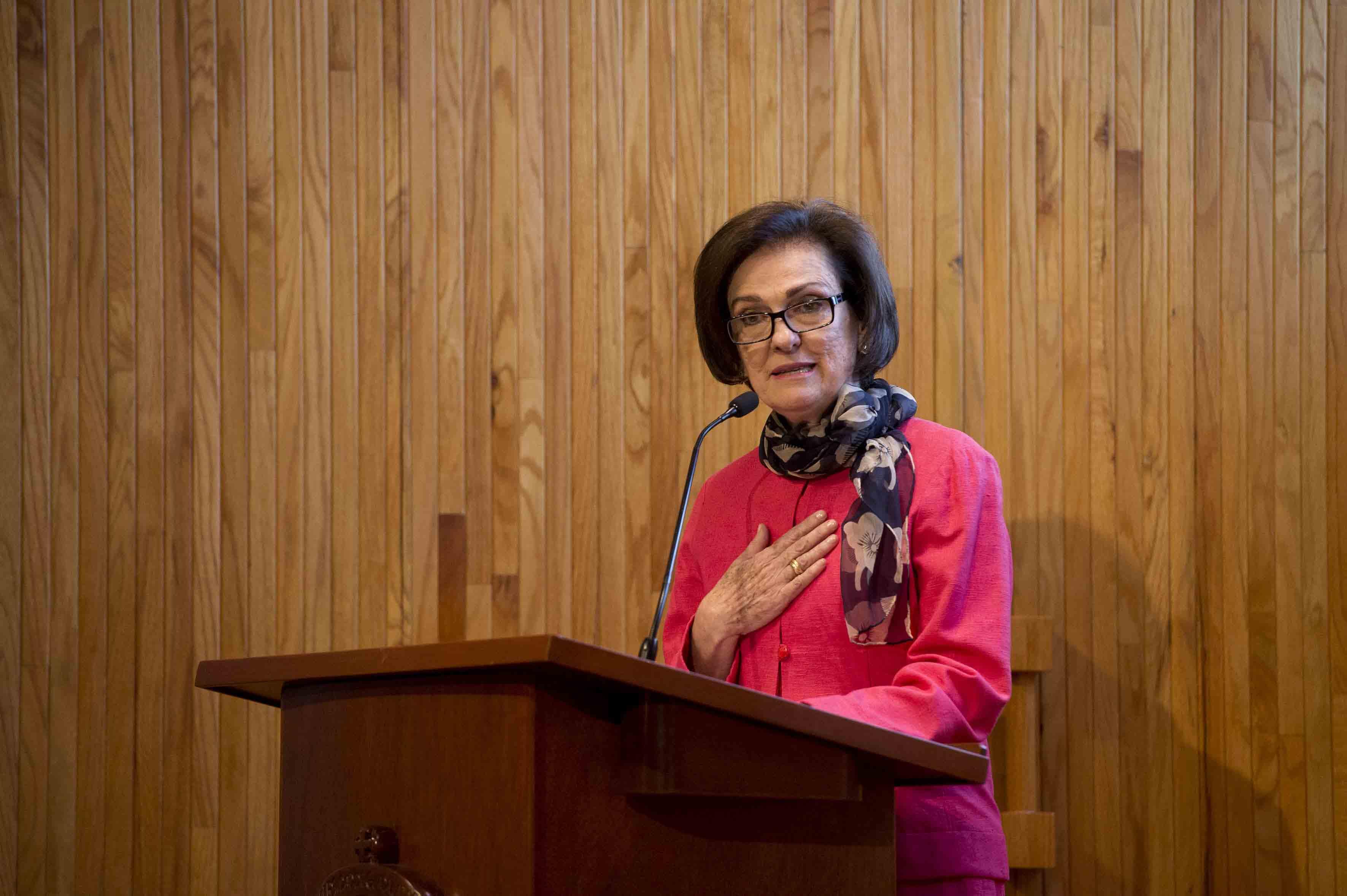 doctora Esmeralda Matute Villaseñor, hija del ingeniero Jorge Matute Remus, haciendo uso de la palabra