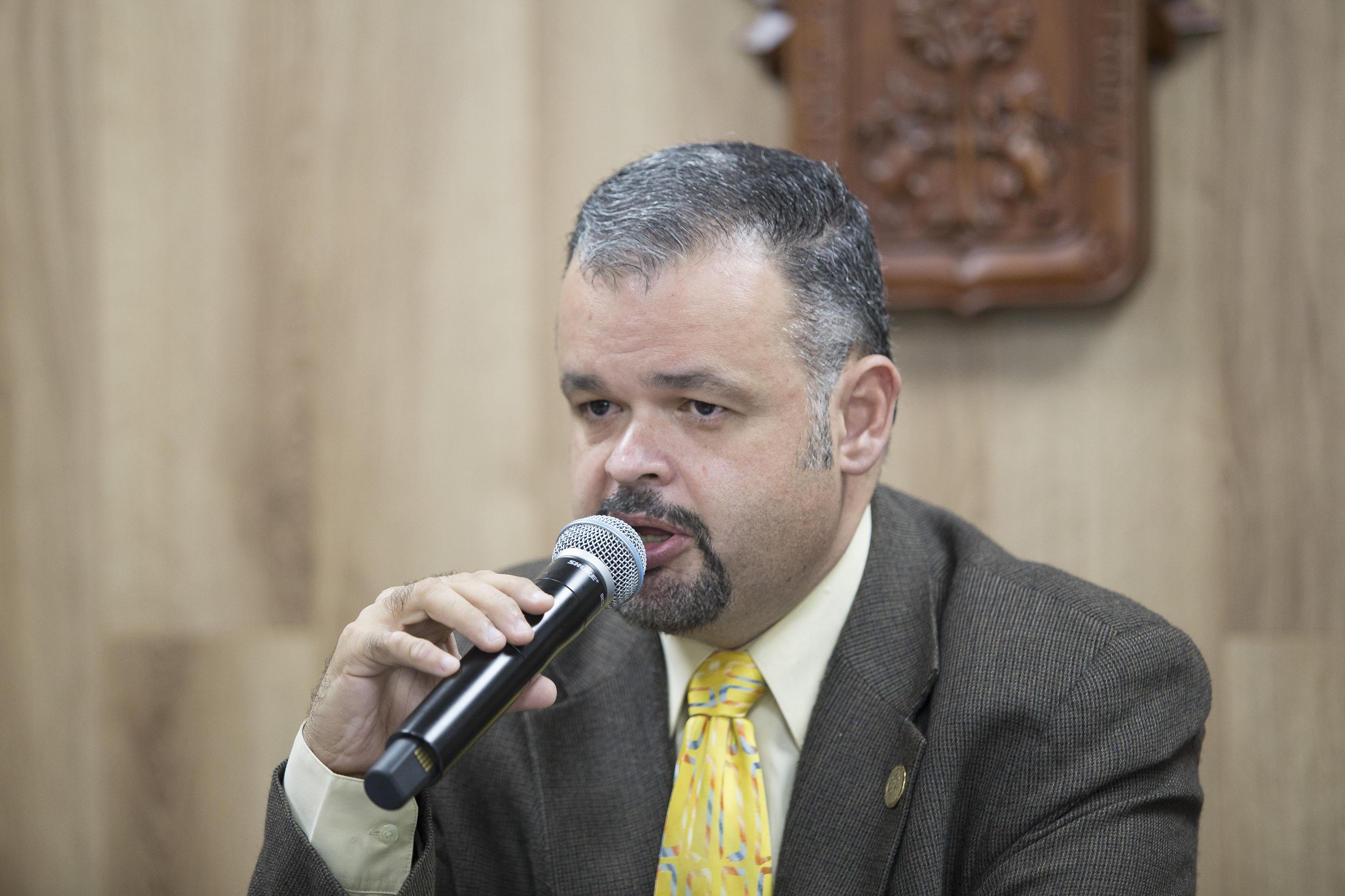 Director de la División de Ciencias Sociales y Humanidades del CUSur, doctor Alejandro Macías Macías, haciendo uso de la palabra