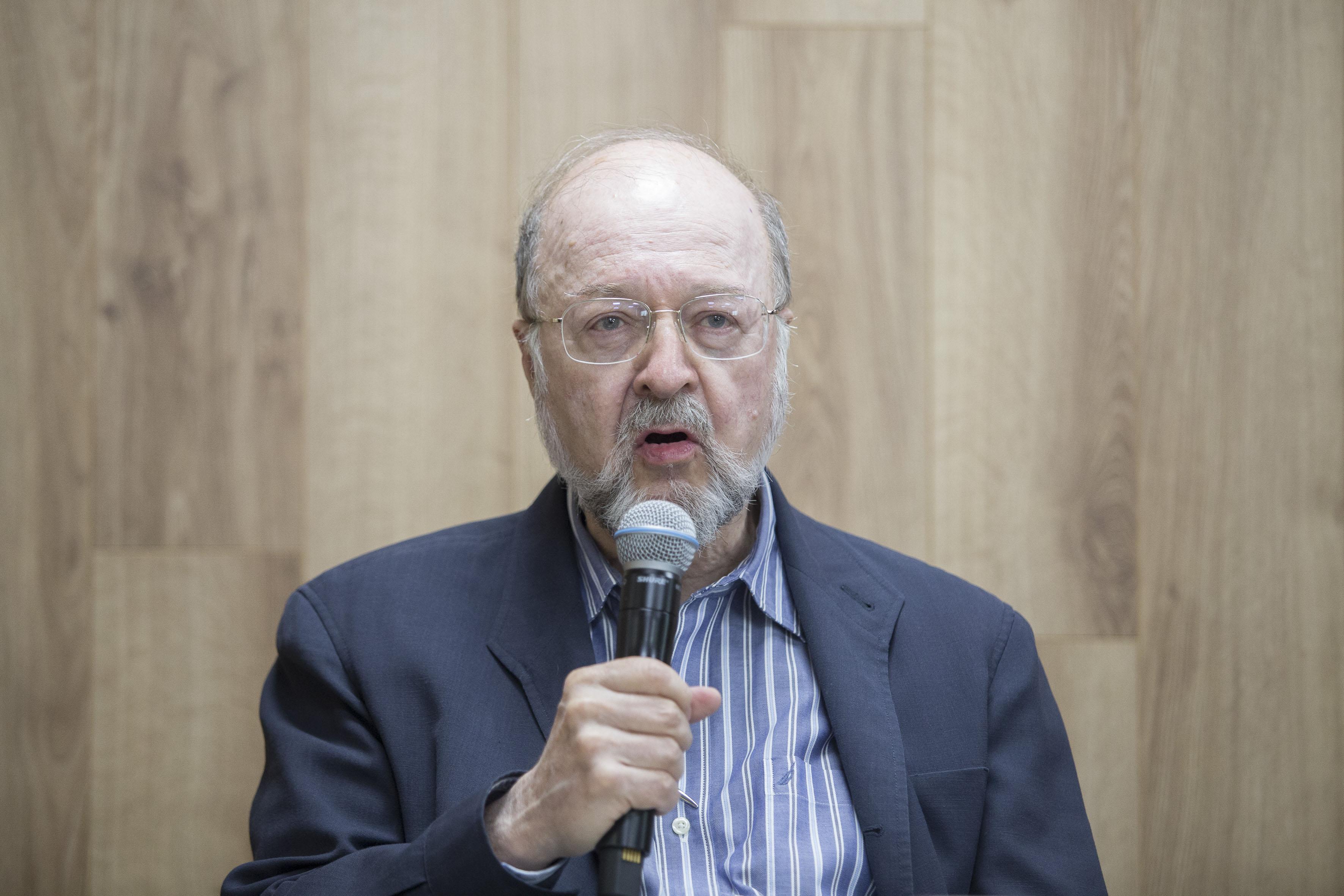 Dr. Guillermo de la Peña, haciendo uso de la palabra en rueda de prensa