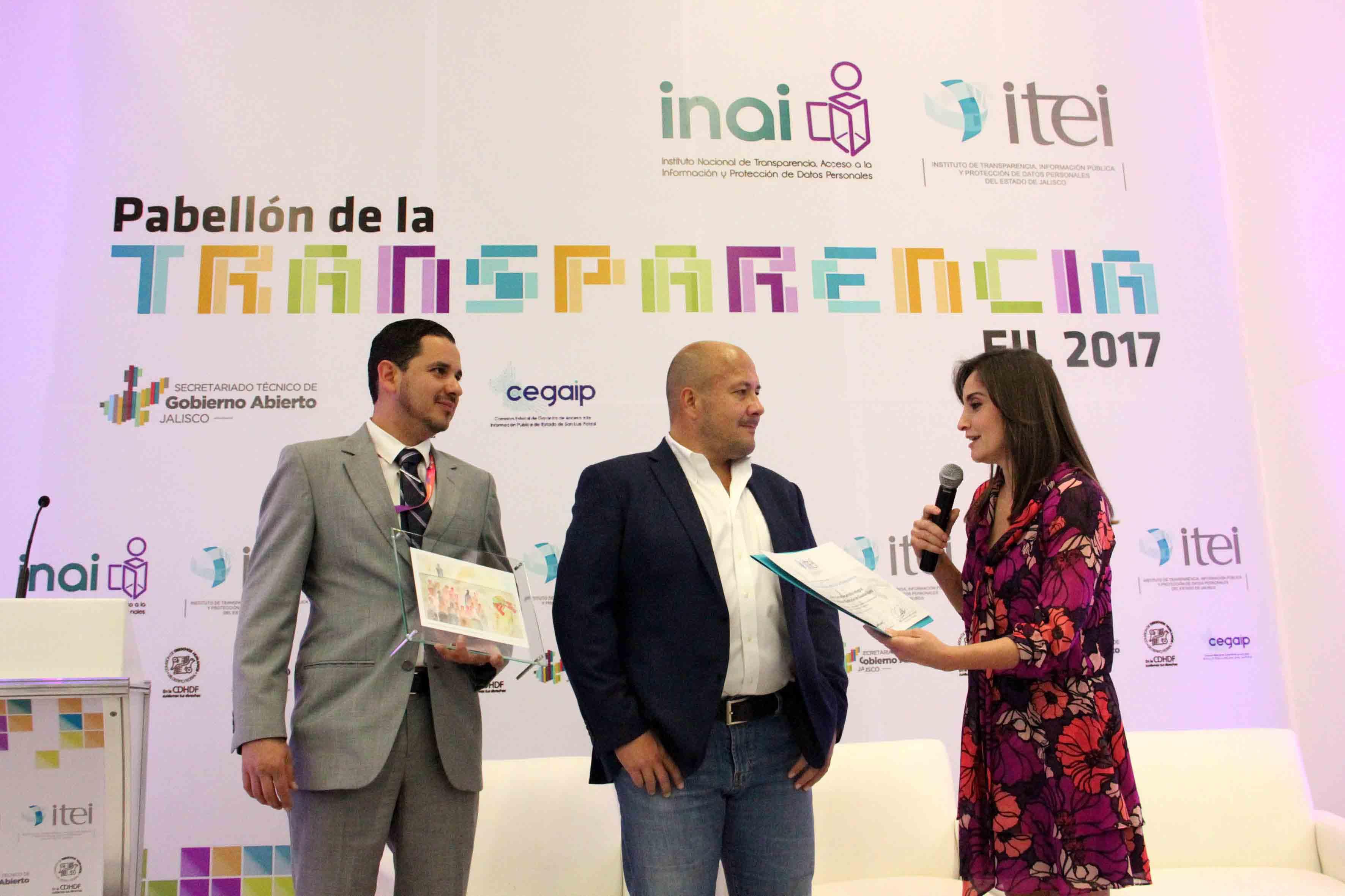 Ceremonia en la que la UdeG recibe un reconocimiento del ITEI por su colaboración en el diseño del Protocolo 409.