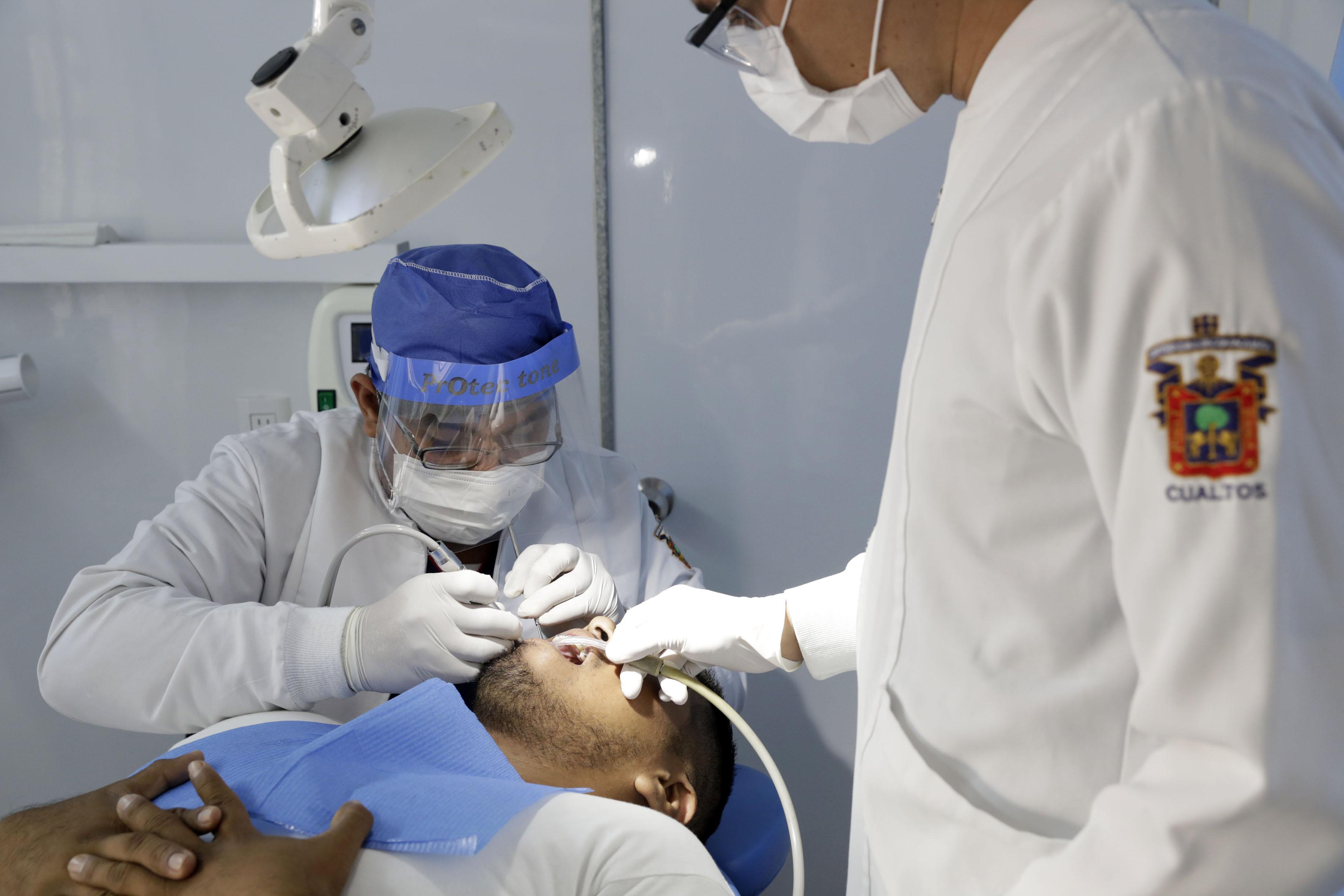 Dentistas atendiendo a paciente en las brigadas móviles