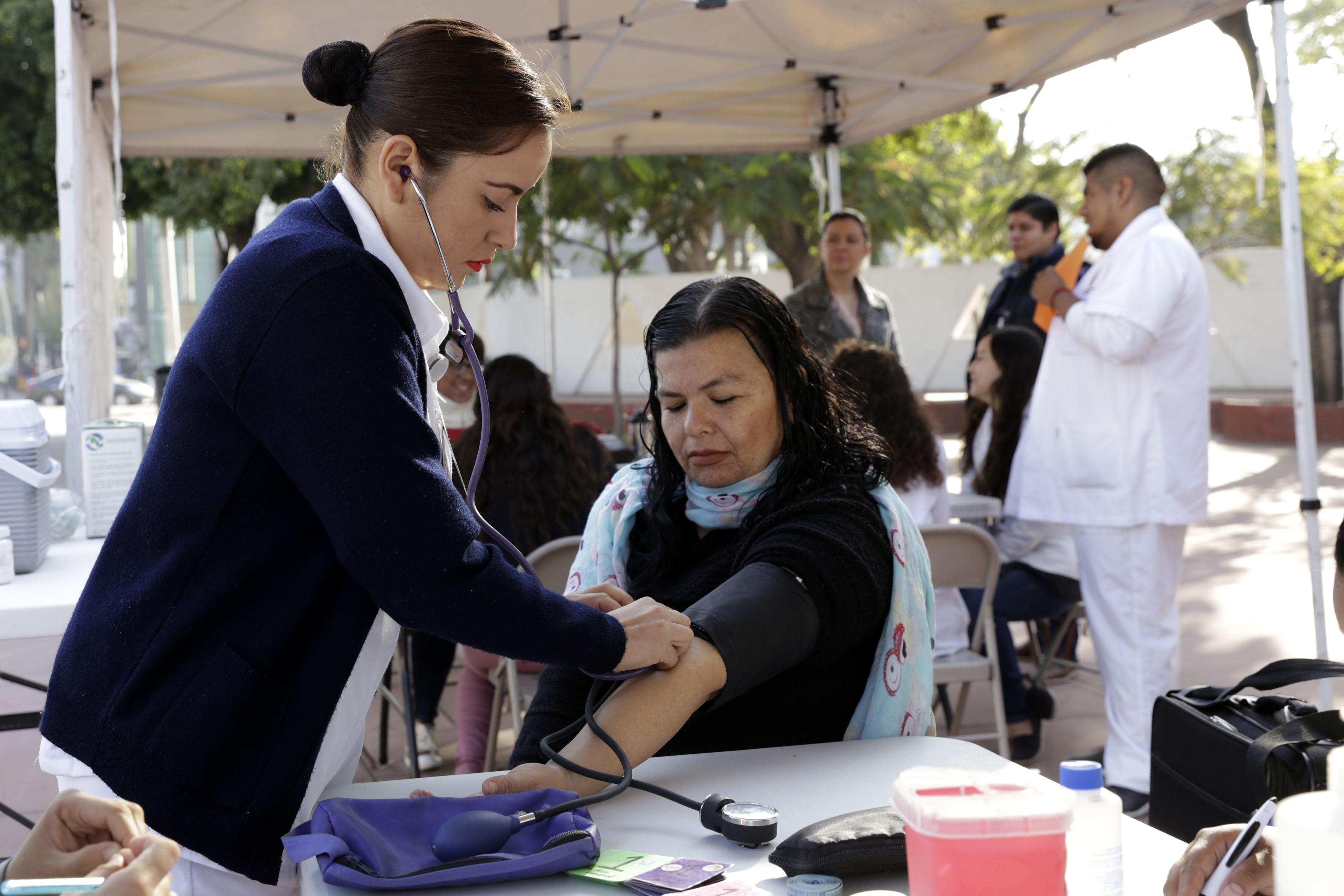 Enfermera tomando signos vitales a un paciente