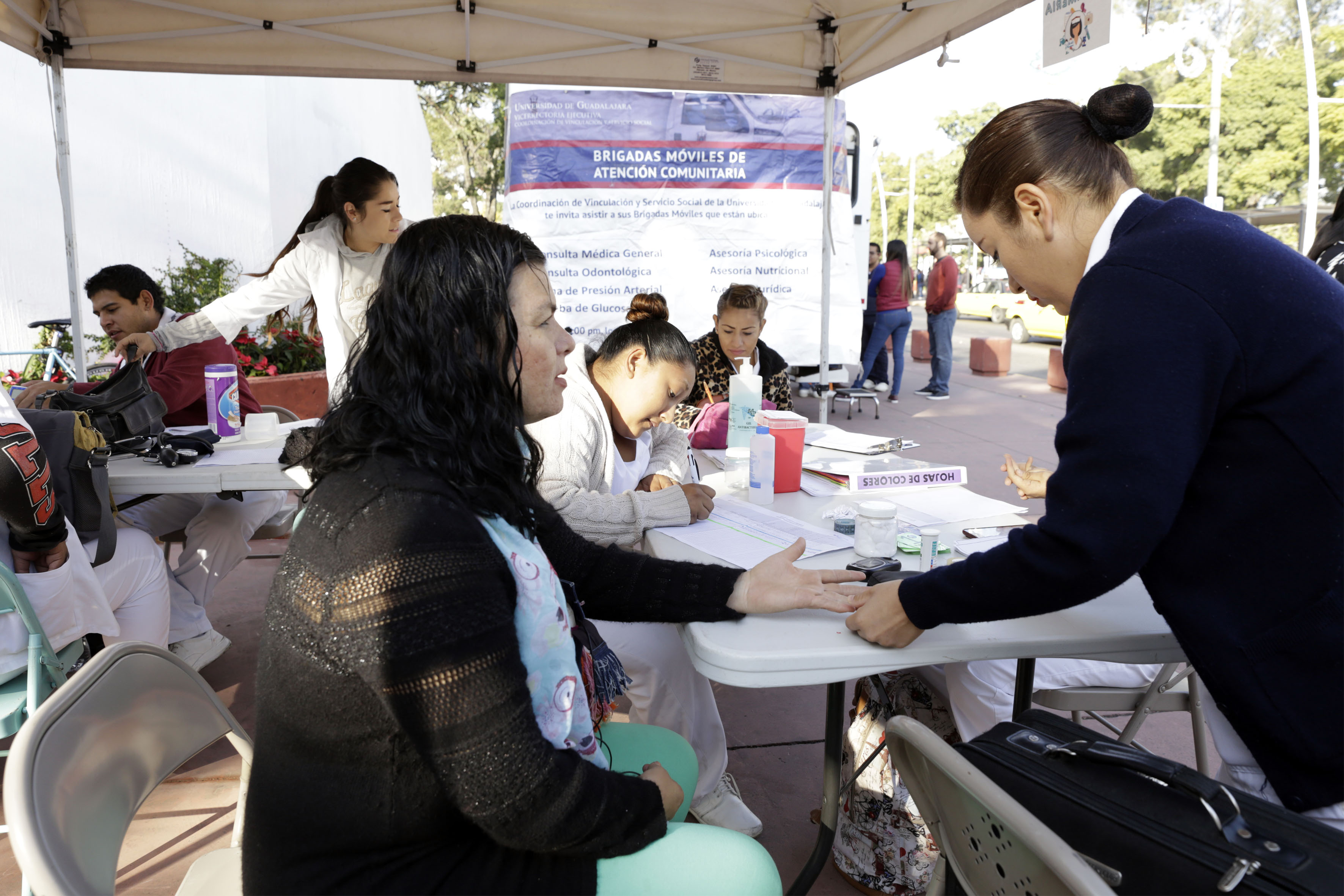 Personal de la unidad medica dando un servicio