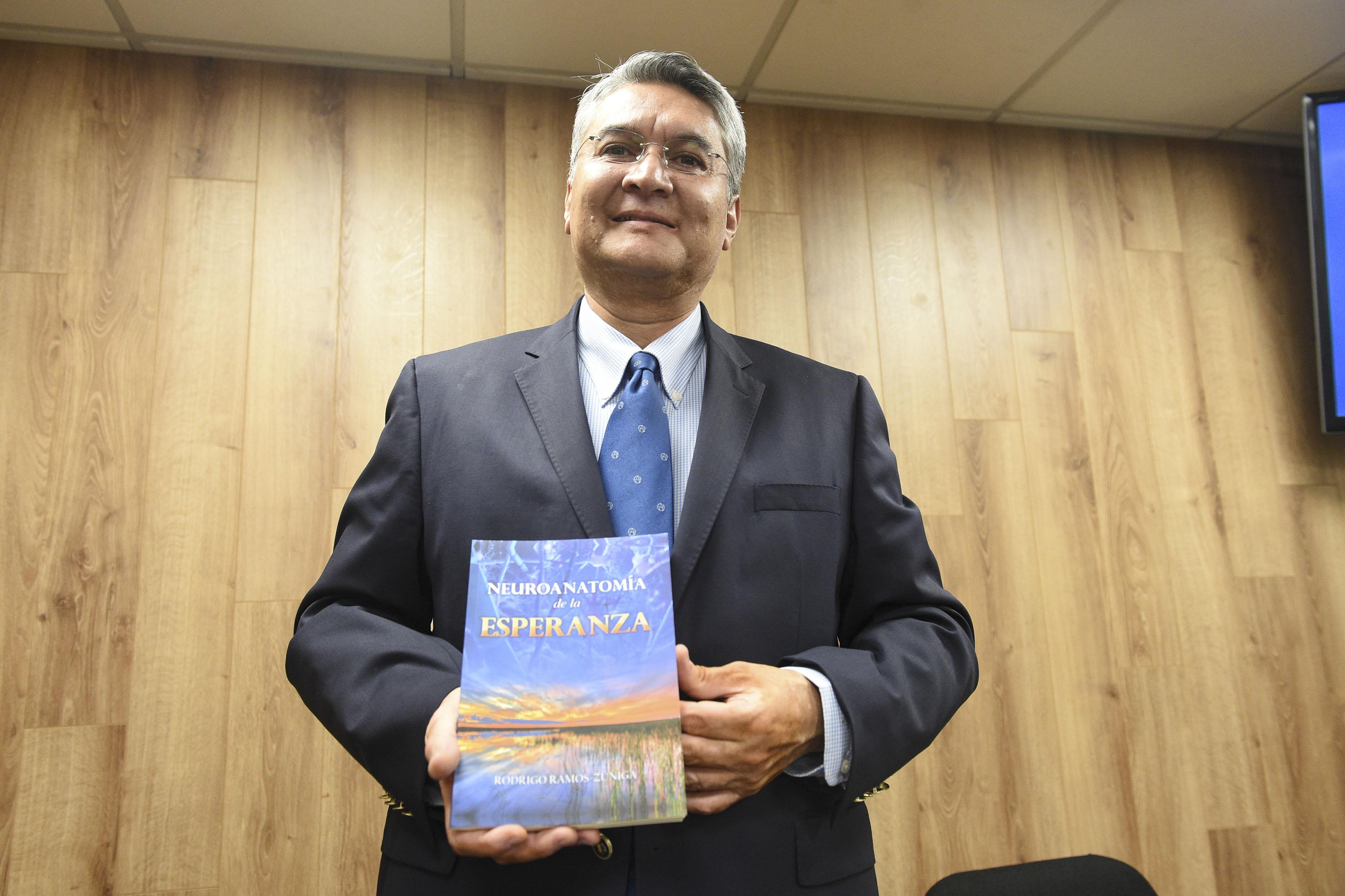 Dr. Rodrigo Ramos Zúñiga, jefe del Departamento de Neurociencias del Centro Universitario de Ciencias de la Salud (CUCS), presentando su libro  Neuroanatomía de la esperanza