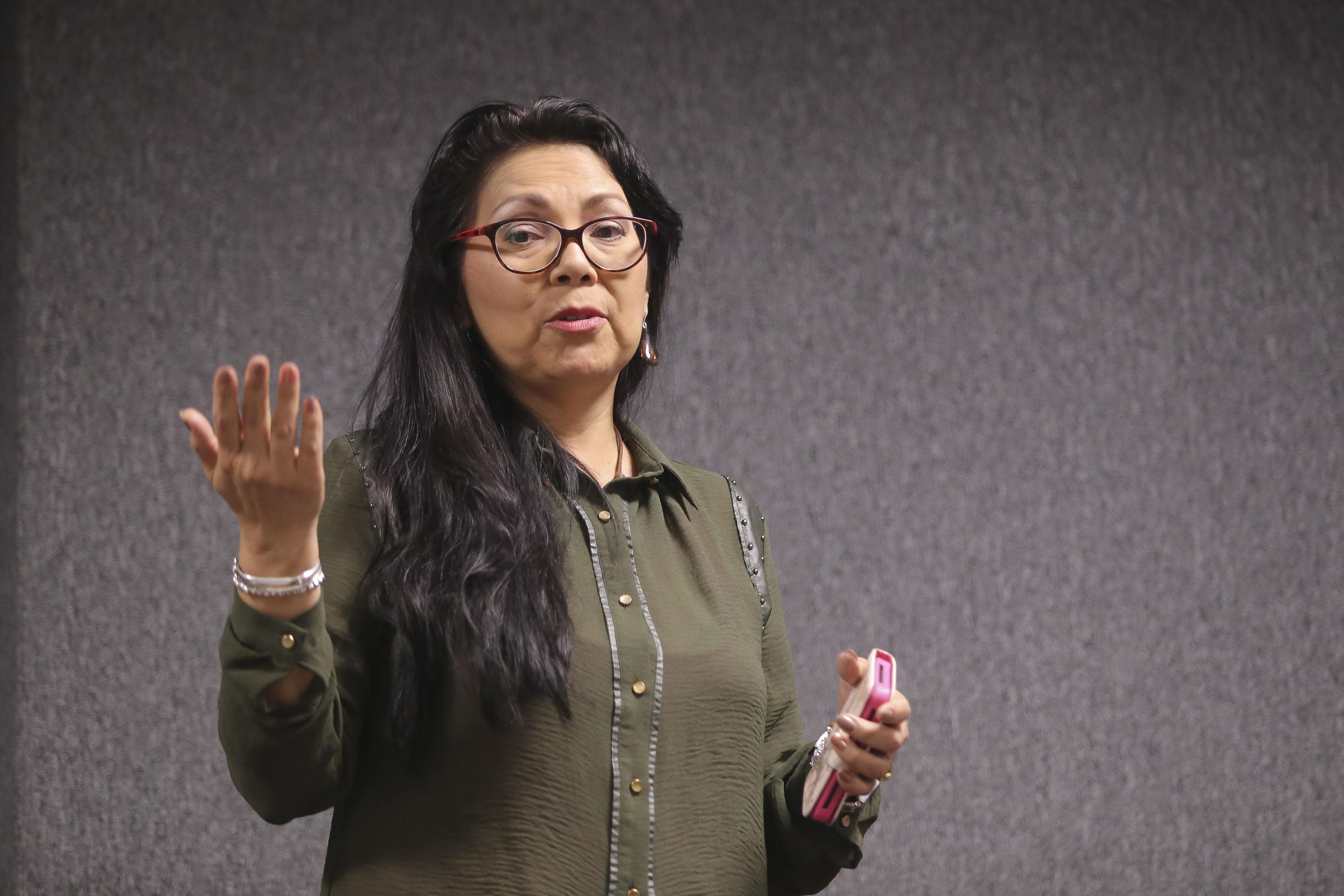 Mujer asistente a las Primeras Jornadas de Trabajo Social y Psicología en los Cuidados Paliativos, haciendo uso de la palabra