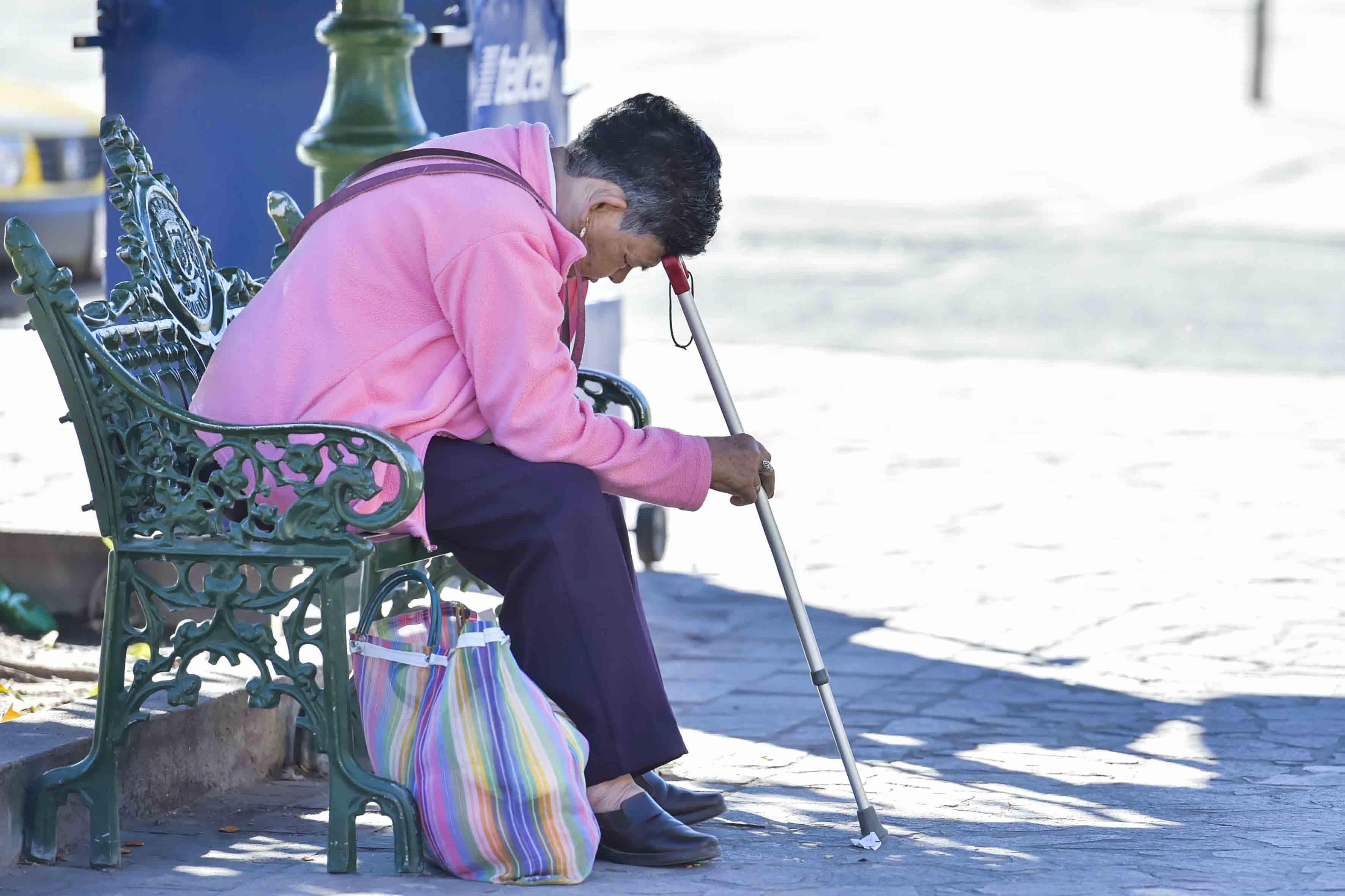 Señora sentada en una banca