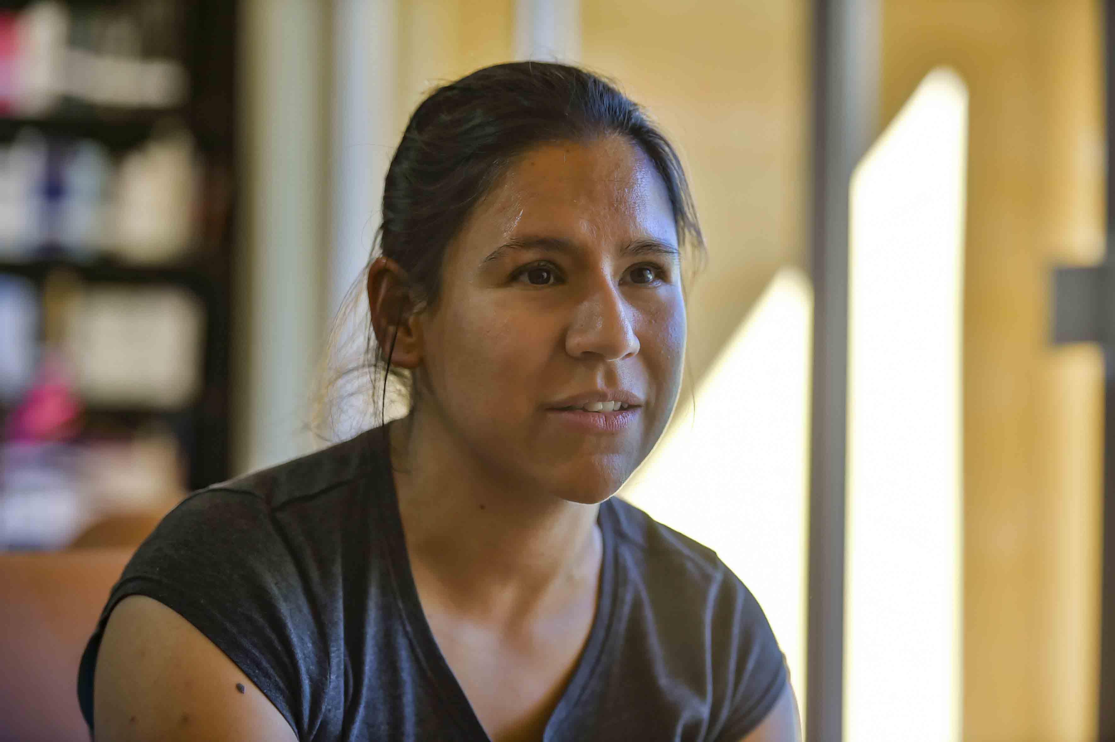 Mujer de tez morena siento entrevistada