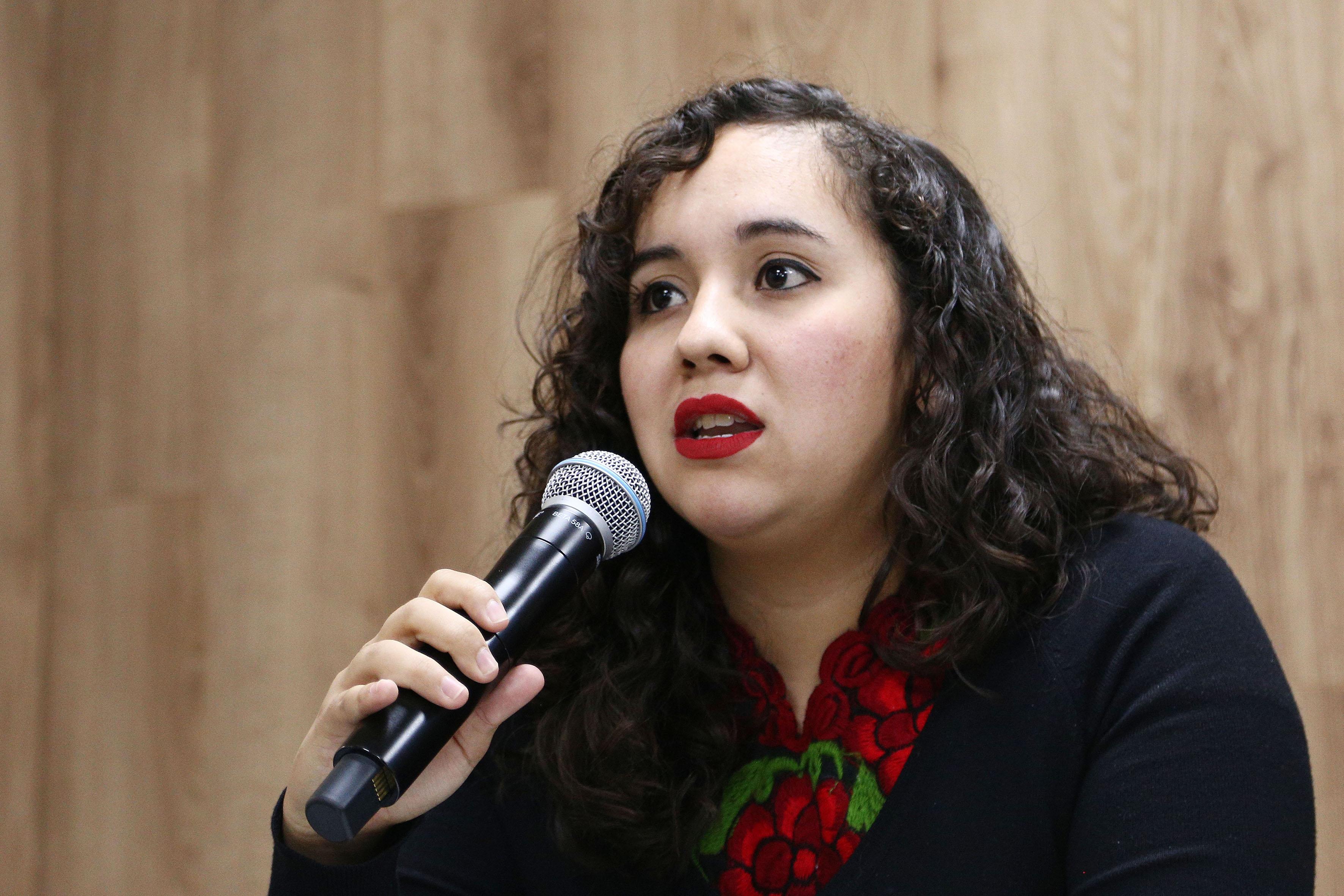 Silvia Xitlali González, del Centro Universitario de Ciencias de la Salud, haciendo uso de la palabra en rueda de prensa