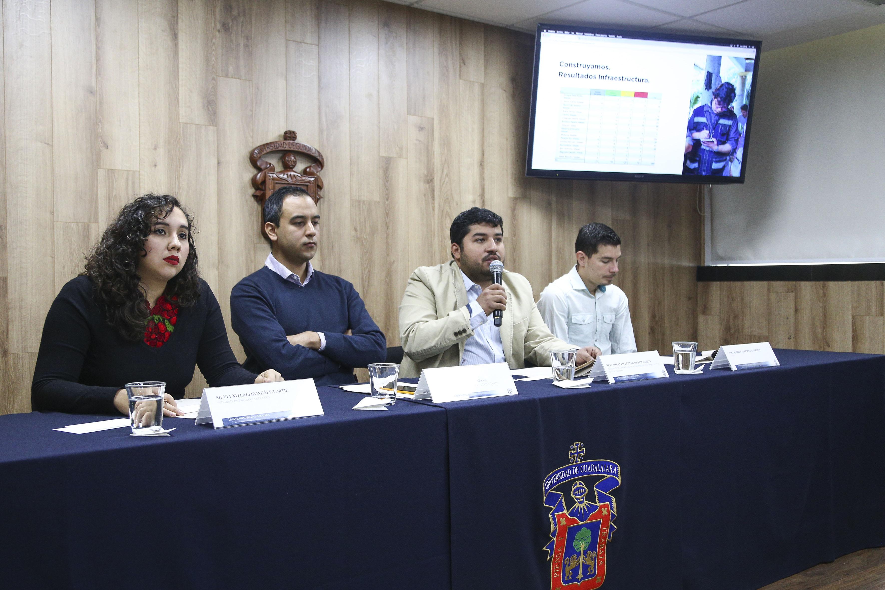 Netzahualpilli Delgado Figueroa hacendo uso de la palabra en rueda de prensa
