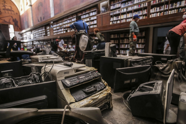 """Profesionales restaurando daños ocasionados por el incendio a la Biblioteca Iberoamericana """"Octavio Paz""""."""