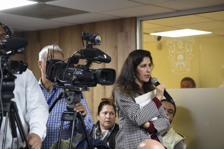 Periodista asistente a rueda de prensa, haciendo uso de la palabra.