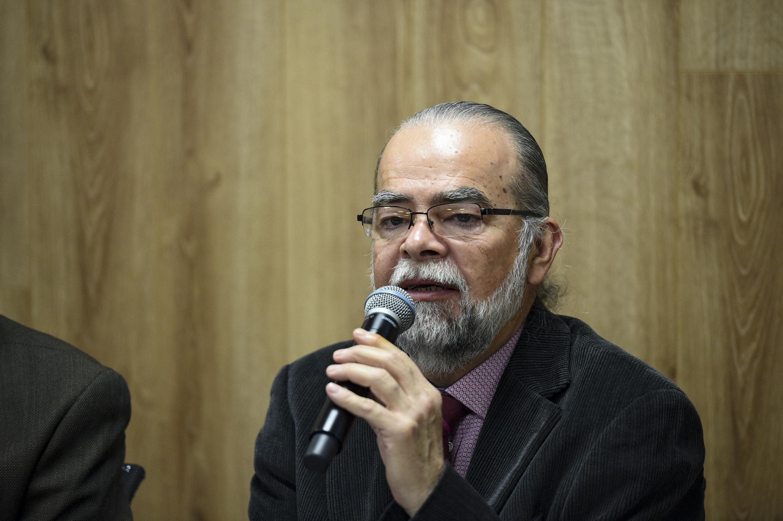 Maestro Roberto Rivas Montiel, Coordinador General de Control Escolar de la Universidad de Guadalajara, participando en rueda de prensa.
