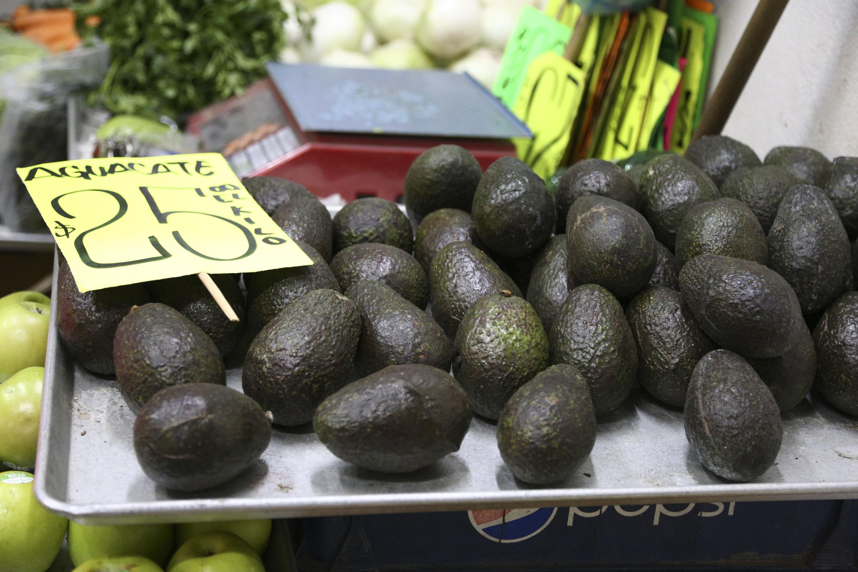 Aguacates que serán vendidos en un puesto de mercado, con el costo de 25 pesos el kilogramo.