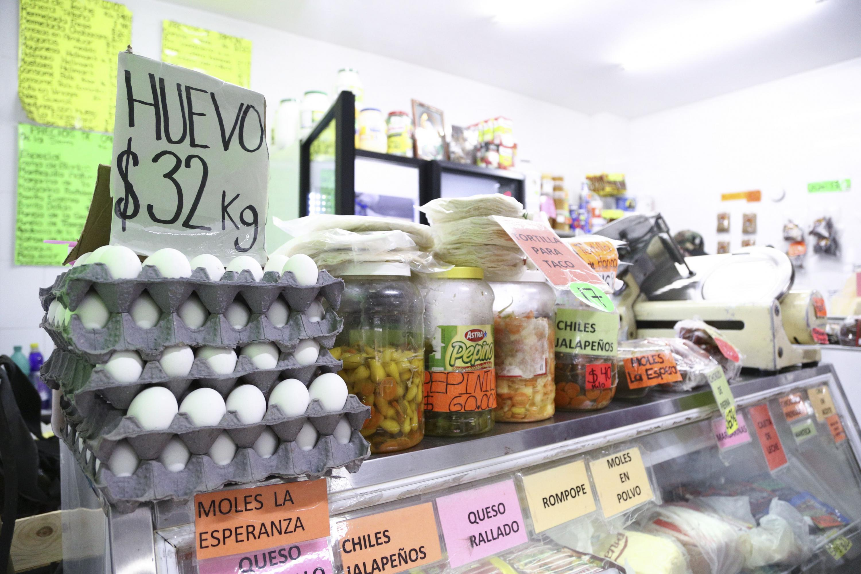 Puesto de cremeria, mostrando sus productos con precios.