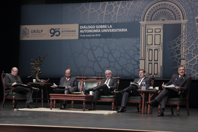 Autoridades de diferentes universidades participando en un panel de conversación