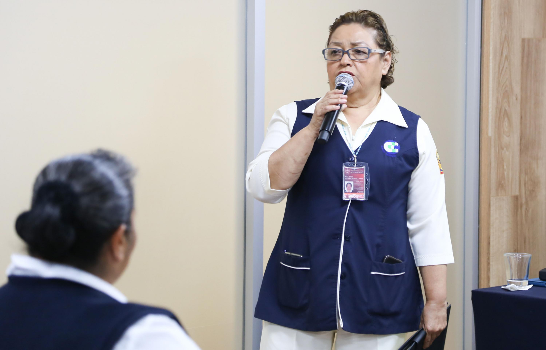 Enfermera haciendo uso de la palabra.