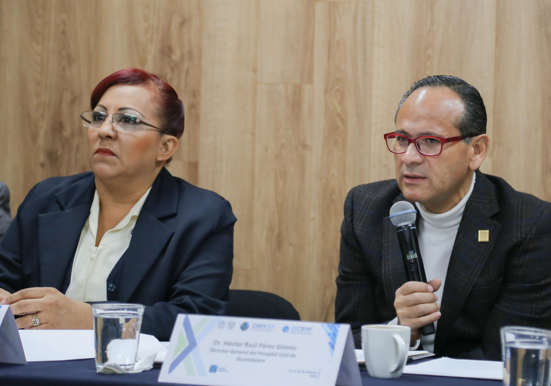 Director General del Hospital Civil de Guadalajara, Doctor Héctor Raúl Pérez Gómez, con micrófono en mano, haciendo uso de la voz.