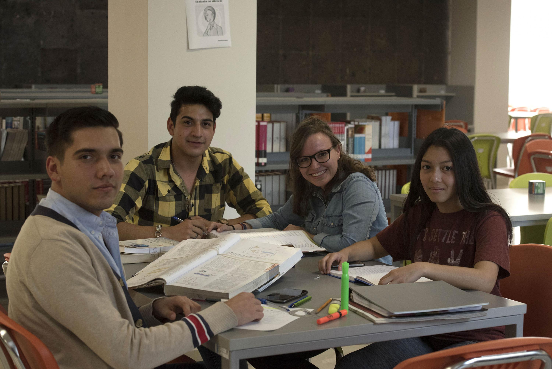 Alumnos del Centro Universitario de Tonalá (CUTonalá) en biblioteca