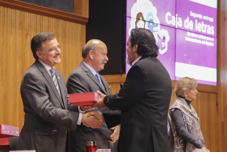 """Rector General de la Universidad de Guadalajara, entregando """"Cajas de Letras"""" a directores del SEMS."""