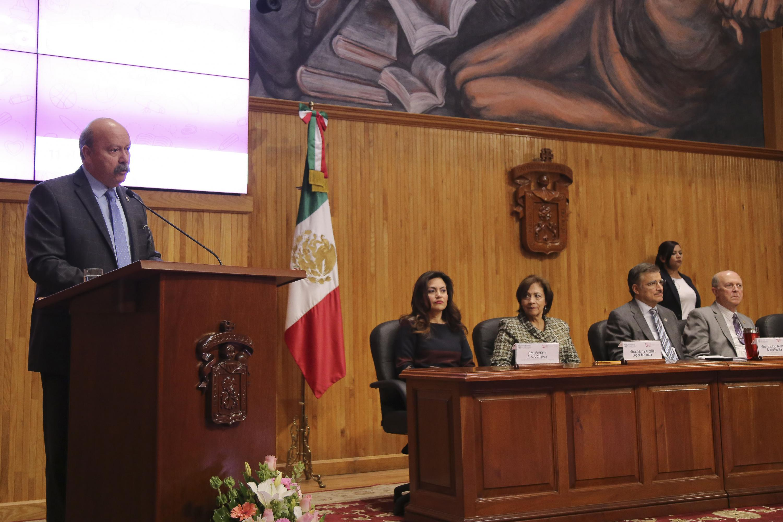 Maestro Javier Espinoza de los Monteros Cárdenas, director de SEMS, haciendo uso de la palabra.