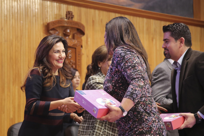 Doctora Patricia Rosas Chávez, Coordinadora de Innovación Educativa y Pregrado (CIEP), haciendo entrega de cajas de letras.