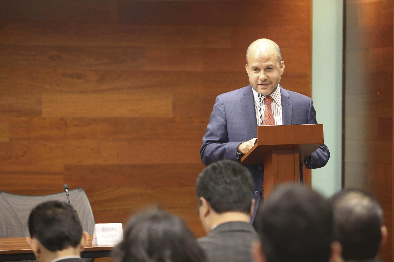 Mtro. Luis Alejandro León Dávila, hablando frente al micrófono