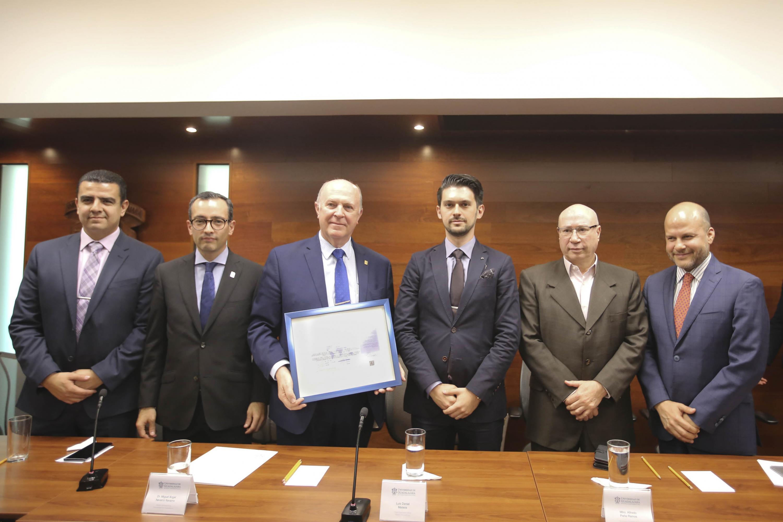 Autoridades universitarias recibiendo el certificado ISO/IEC 27001:2013