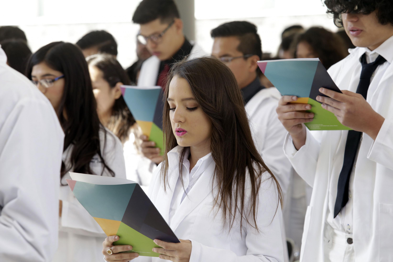 Alumna de la licenciatura en Médico Cirujano y Partero leyendo el juramento de Hipócrates.