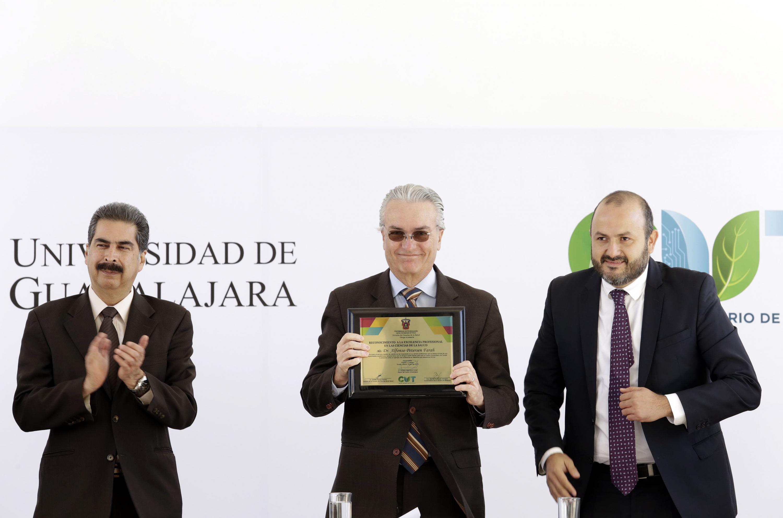 Secretario de Salud del Estado de Jalisco, doctor Alfonso Petersen Farah, mostrando reconocimiento