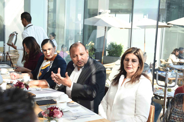 Doctora Erika Loyo Beristáin y doctor Alfonso Hernández Barrón, asistentes a la entrega de reconocimientos