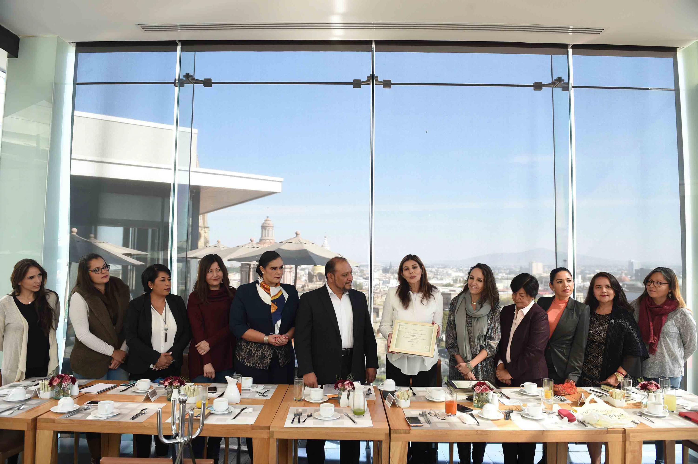 Entrega de reconocimientos por parte de la Asociación de Mujeres Académicas de la UdeG, para personajes que han impulsado acciones para fortalecer la equidad de género en Jalisco.