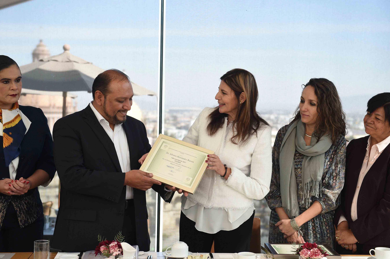 Presidente de la Comisión Estatal de Derechos Humanos de Jalisco (CEDHJ), doctor Alfonso Hernández Barrón, recibiendo reconocimiento.