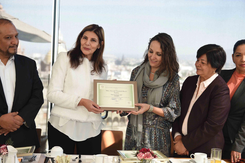 Maestra Nadia Mireles Torres, recibiendo reconocimiento a nombre del maestro Itzcóatl Tonatiuh Bravo Padilla, Rector General de la Universidad de Guadalajara.