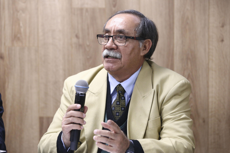 Doctor Gabino de Jesús Vaca Carvajal, coordinador del Módulo de Ginecología y Obstetricia, con micrófono en mano, haciendo uso de la palabra.