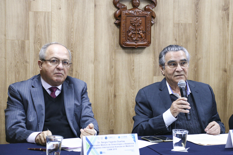 Doctor Carlos René López Lizárraga, Coordinador del módulo de Cirugía, con micrófono en mano.