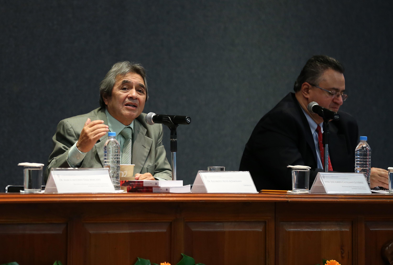 Doctor Rigoberto Reyes Altamirano, impartiendo conferencia.