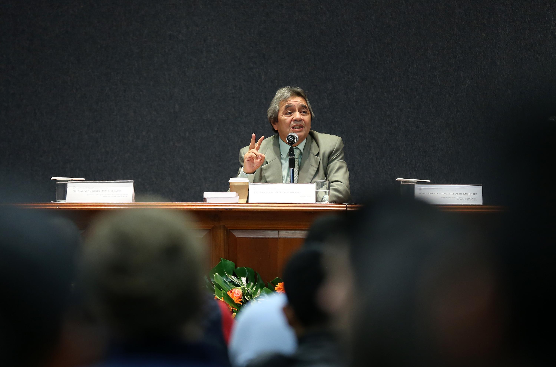 Doctor Rigoberto Reyes Altamirano, con micrófono en mano haciendo uso de la voz.