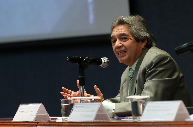 """Doctor Rigoberto Reyes Altamirano, impartiendo conferencia """"Efectos fiscales del paquete económico 2018""""."""