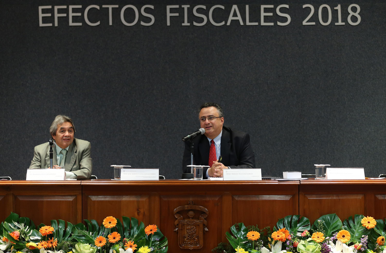 Maestro Ernesto Manzano García, académico del CUCEA y especialista en impuestos, haciendo uso de la palabra