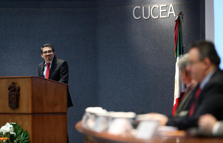 Rector del CUCEA, Maestro Jose Alberto Castellanos Gutierrez, hablando frente al micrófono.