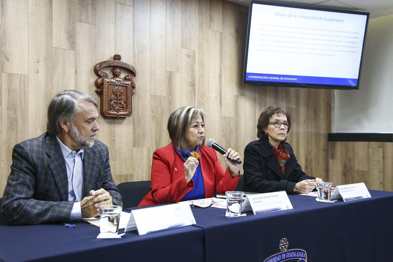 Titular de la Coordinación General de Extensión, maestra Rosa Eugenia Velazco Briones, con micrófono en mano, haciendo uso de la palabra.