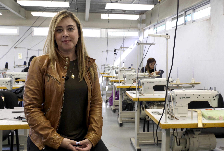 La maestra posa en el taller de confección del CUAAD