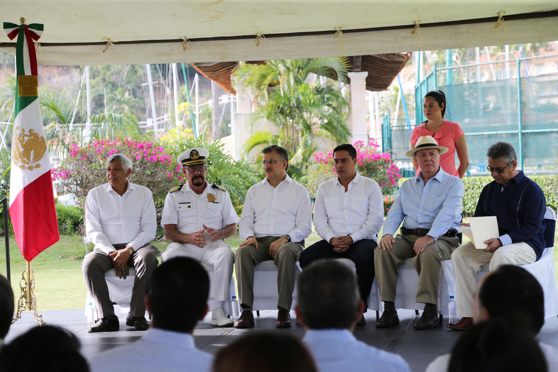Cinco funcionarios sentados, al centro el rector general y a la derecha el Vicerrector ejecutivo