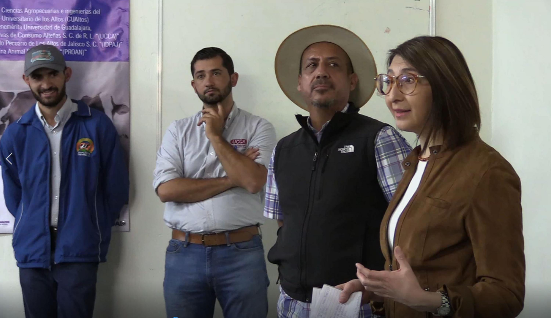 Dra. Mara Nadiezhda Robles Villaseñor, Rector del CUALTOS, haciendo uso de la palabra, durante presentación en la primera escuela de lecheros de Jalisco.
