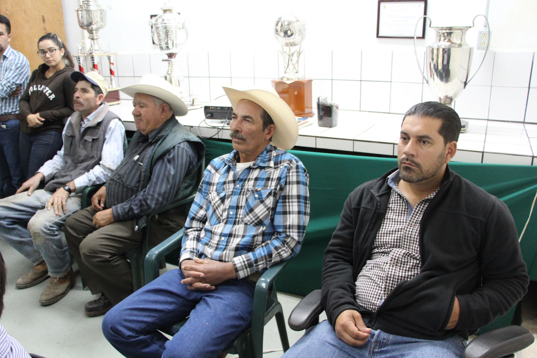 Lecheros asistentes a la escuela que buscan mejorar la producción para incentivar su competencia ante grandes empresas lácteas del país.