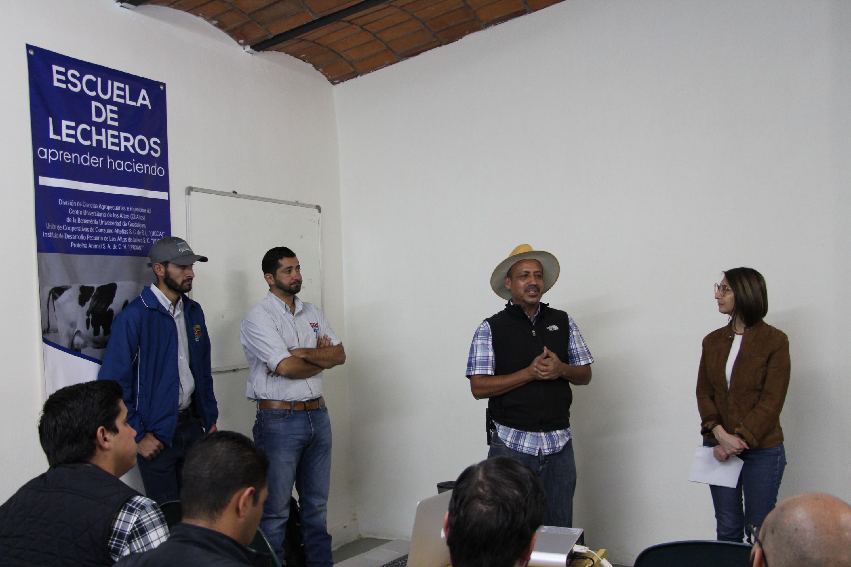 Doctor Jesús Olmos Colmenero, académico del CUAltos, dialogando con los asistentes a la primera escuela de lecheros de jalisco.