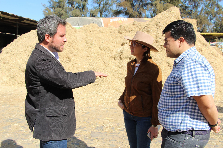 Productor lechero de la región, dialogando con Rectora de CUALTOS.
